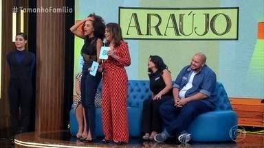Familia Araujo ganha pontos na brincadeira 'O netinho da vovó' - As famílias tinham que descobrir quem era o verdadeiro neto da vovó Luci