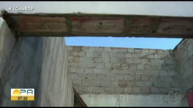 Ventania destelha casas no bairro do Tenoné, em Belém - O telhado de uma das casas foi completamente destruído. Apesar do susto, ninguém ficou ferido.