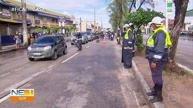 Ponto de bloqueio na Abdias de Carvalho afunilou o trânsito - Agentes também chegaram se os motoristas e pilotos usavam máscaras, que são obrigatórias.