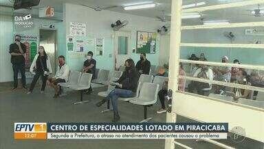 Posto de saúde de Piracicaba forma fila e aglomeração - No Centro de Especialidades, foi registrado um vídeo da recepção lotada mesmo com cartazes com orientações de distanciamento social no local.