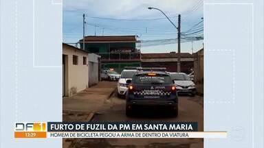 Homem pega fuzil de viatura da Polícia Civil - Um homem furtou um fuzil de dentro de um carro da polícia durante uma ocorrência policial e fugiu de bicicleta em Santa Maria.Ele e um cúmplice foram pegos em seguida.