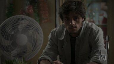 Jonatas chega em casa arrasado - O rapaz pede que Eliza não desista do namoro, mas ela não muda de ideia