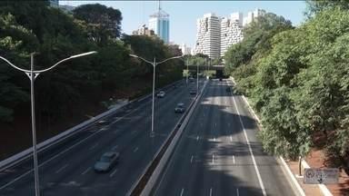 São Paulo decide antecipar feriados para combater pandemia - Numa sessão virtual, os vereadores de São Paulo autorizaram a prefeitura a antecipar feriados. O de Corpus Christi e o da Consciência Negra serão transferidos para quarta (20) e quinta (21) desta semana. Sexta (22) será ponto facultativo.