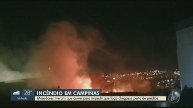 Moradores ajudam a conter incêndio próximo a condomínio no Jardim São Vicente, em Campinas - Segundo os bombeiros, ninguém se feriu e nenhuma residência foi atingida.