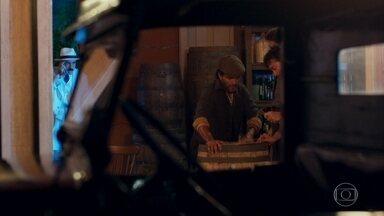 Ernesto e Cara de Cão aprisionam Jack em um barril de vinho - Os dois o embarcam em um navio
