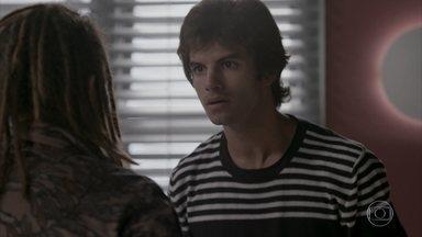 Fabinho flagra Leila abraçando Jonatas - Jonatas pede desculpa a Leila pelo incidente durante a festa da Bastille. Revoltado, o filho de Germano diz a Jamaica que quer se livrar do rival