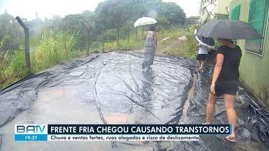 Rajadas de vento chegam a 61 km/h em Salvador nesta terça; veja a previsão do tempo - Frente fria que chegou nesta terça (19) trouxe chuva e ventos fortes para a capital baiana.