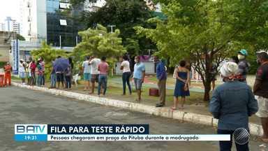 Muita gente busca testes rápidos de coronavírus no bairro da Pituba, em Salvador - Pessoas chegaram em praça na madrugada desta terça (19) e formaram fila no local.