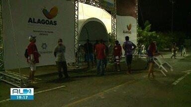 Central de Triagem do Benedito Bentes continua registrando grande procura - Pessoas continuam passando por longas filas de espera para receber atendimento.