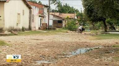 Moradores de bairro reclamam de falta de infraestrutura em Imperatriz - Segundo os moradores do bairro Nova Imperatriz, entre os problemas estão o mau cheiro do esgoto, a lama e as ruas precárias que inundam quando chove