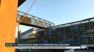 Orientação para os pedestres em Cascavel - Pedestres ganham café da manhã e kit higiene em ação da PRF.