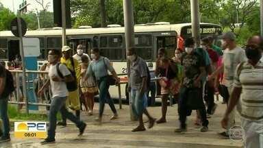 Apesar de organização em terminais, passageiros relatam ônibus lotados durante quarentena - Pessoas saem sentadas, mas coletivos vão ficando cheios ao circular por ruas do Grande Recife.