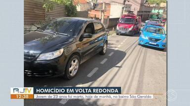 Jovem é assassinado a tiros no bairro São Geraldo, em Volta Redonda - Segundo a PM, um carro parou ao lado o veículo em que o jovem estava e atirou contra ele. Crime aconteceu na Rua General Nelson de Melo na manhã desta terça.