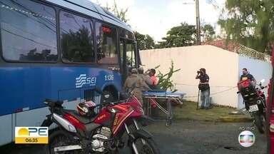 BRT e carro se envolvem em acidente na Avenida Cruz Cabugá, no Recife - Motorista do BRT precisou ser socorrido pelo Corpo de Bombeiros.