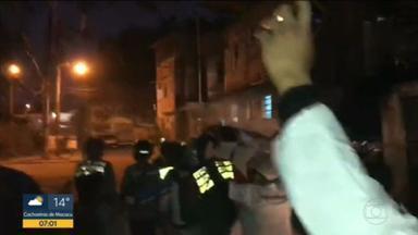 Polícia Militar faz operação na Cidade de Deus durante ação solidária - Um grupo fazia uma ação solidária na Cidade de Deus por volta das 18h da quarta-feira (20) quando uma operação da PM foi deflagrada na favela. Houve revolta. Um homem foi morto na ação