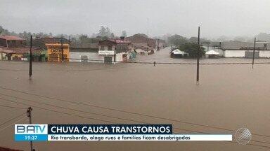 Chuva no interior da Bahia: rio transborda, alaga ruas e famílias ficam desabrigadas - Confira.