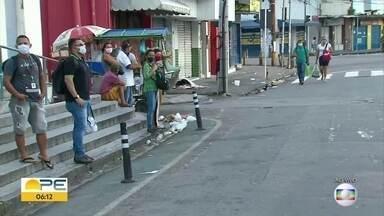 Largo da Paz amanhece com lixo nas ruas, no Recife - Logo cedo, era possível ver pessoas com máscara aguardando para trabalhar.