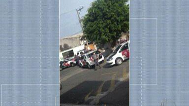 Dois homens são presos suspeitos de sequestrar comerciante em Itaquaquecetuba - De acordo com a polícia militar, a vítima que estava indo para o trabalho, na Vila Natal, em Mogi das Cruzes, foi surpreendida por três assaltantes. Eles roubaram o carro do comerciante e levaram a vítima junto.
