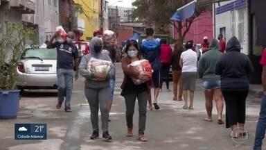 Doações de cestas básicas na zona norte e na zona leste - Voluntários ajudam famílias carentes, com entrega de alimentos e também de produtos de limpeza