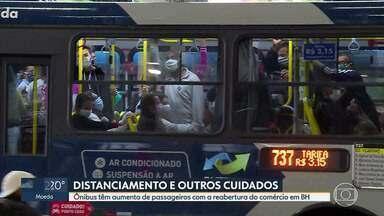 Ônibus e estações de BH passam por adaptações para receber passageiros - Reabertura do comércio deve aumentar o fluxo de pessoas usando o transporte coletivo. Marcações nos ônibus e desinfecção das estações estão entre as medidas para evitar a propagação do novo coronavírus.