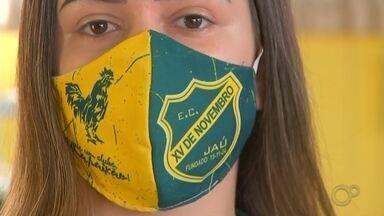 Na pandemia, torcedores aderem às máscaras com escudo dos times - Torcedores aderem às máscaras com escudo de seus times de coração durante a pandemia de coronavírus.