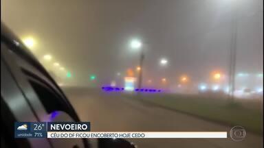 Céu do DF amanhece encoberto por nevoeiro - Segundo o Inmet, o nevoeiro, que é mais denso que a neblina, ficou mais forte a partir das 5 horas da manhã e ocorreu por causa da combinação entre alta umidade e baixa temperatura.