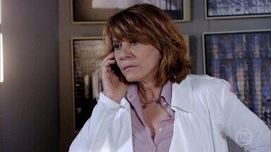 Pedro Jorge pede ajuda a Danielle para socorrer Henrique - Enzo beija Danielle, mas vai embora ao perceber a gravidade da situação com o sobrinho da médica