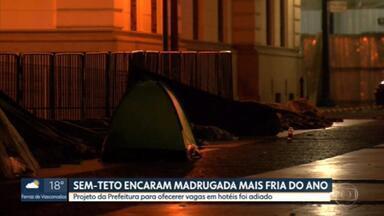 Burocracia impede vagas de sem-tetos em hotéis - A capital tem mais de 2 mil idosos morando nas ruas da capital e enfrentando o frio na madrugada.