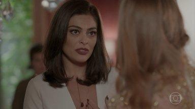 Carolina conta a Eliza que Jonatas foi preso - A editora da revista Totalmente Demais interrompe o ensaio da modelo e faz questão de contar a notícia para desconcentrar a jovem