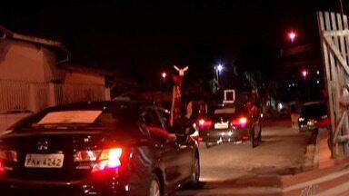 Festeiros da tradicional Festa do Divino de Mogi levam bençãos aos devotos de carro - Com a pandemia do novo coronavírus, a ação não pode ser realiza presencialmente, mas os festeiros estão percorrendo as ruas da cidade durante a noite.