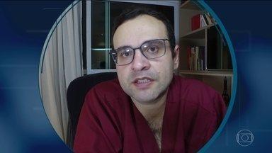 """Aqui Dentro: """"os plantões têm sido exaustivos"""", relata médico em João Pessoa - Na Paraíba, o cardiologista André Telis também tem um relato do que está enfrentando nessa pandemia em João Pessoa."""