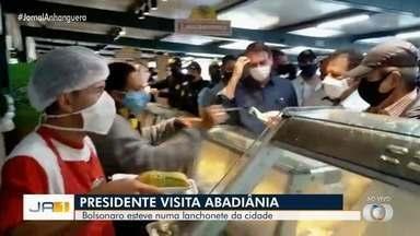 Bolsonaro usa helicóptero para visitar sede do Exército em Goiânia e passa em lanchonete - Sem máscara, Bolsonaro abraçou e tirou fotos com apoiadores. Palácio do Planalto não informou sobre agenda do presidente.