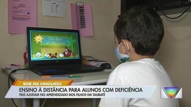 Pais auxiliam no aprendizado dos filhos com deficiência em Taubaté - Ensino à distância é adotado nesse período