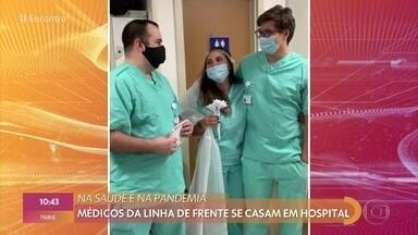 Médicos da linha de frente se casam em hospital - Durante a pandemia e no intervalo do trabalho, os dois se casaram