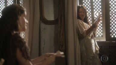 Elvira e Germana implicam uma com a outra - A atriz substitui o documento que encontrou no esconderijo para entregar o original a Thomas