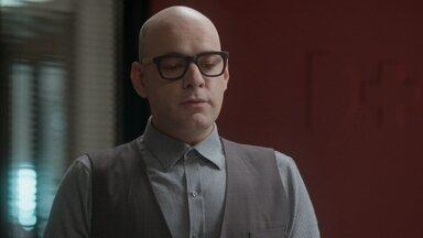 Pietro se oferece para ser pai do filho de Carolina - O assistente da editora pede desculpa por contar a verdade sobre Arthur