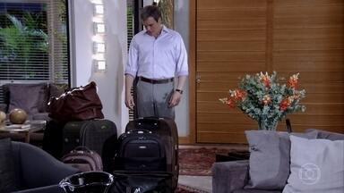 René encontra suas malas prontas na mansão - Crô incentiva René a tentar fazer as pazes com Tereza Cristina. René Júnior pede que o pai não saia de sua vida. Griselda vê René deixando a casa da rival