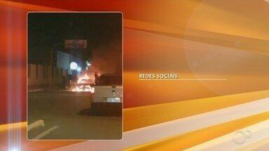 Bombeiros são acionados após carro pegar fogo em Tatuí - Um carro pegou fogo na noite de quarta-feira (3) em Tatuí (SP). De acordo com o Corpo de Bombeiros, o motorista teria parado no bairro Valinhos e saído do local. A equipe controlou as chamas em 10 minutos e ninguém ficou ferido.