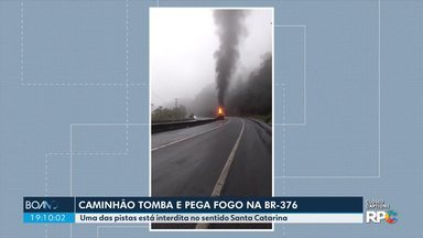 Caminhão tomba e pega fogo na BR-376 - Uma das pistas no sentido Santa Catarina está interditada.