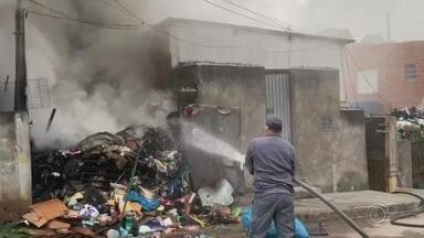 Incêndio atinge casa de moradora que acumulava materiais recicláveis em Jundiaí - A casa de uma mulher que acumulava materiais pegou fogo, na tarde desta quinta-feira (4), na Vila Maringá, em Jundiaí (SP). Ninguém ficou ferido.