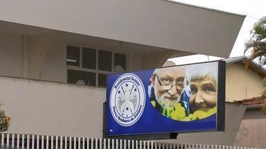 Prefeitura de Botucatu interdita casas de repouso após duas mortes por Covid-19 - A morte de duas idosas, em Botucatu, diagnosticadas com a Covid-19, chamou a atenção das autoridades em saúde da cidade. Elas moravam em casas de repouso e não tinham sintomas da doença.