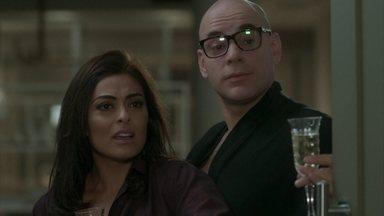 Arthur flagra Carolina e Pietro só de roupão - Os amigos percebem que não há química entre os dois e desistem da ideia de terem um filho juntos
