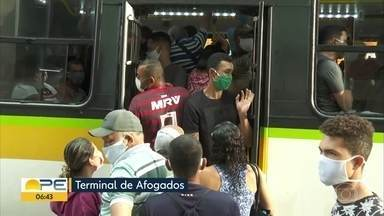 Terminais integrados têm movimento intenso e filas extensas para pegar ônibus - No TI da Macaxeira, a fila era longa por volta das 6h.