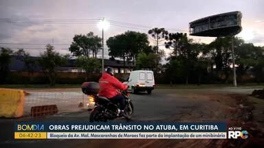 Obras prejudicam trânsito no Atuba em Curitiba - Bloqueio da Av. Mal. Mascarenhas de Moraes faz parte da implantação de minibinário.