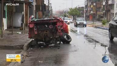 Carcaça de veículo é abandonada na Avenida Suburbana, em Salvador - Veja como está o trânsito em diversos pontos da capital baiana no início desta terça-feira (9).