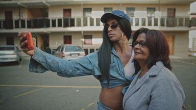 """Linn Da Quebrada - Linn da Quebrada declara-se """"bixa travesty"""" e vem ganhando cada vez mais seguidores cantando a identidade do homem afeminado. Ela conta que não faz música para ser ouvida."""