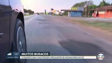 Moradores esperam que buracos nas ruas sejam tapados durante a seca - Conserto das vias é pedido frequente de moradores do DF