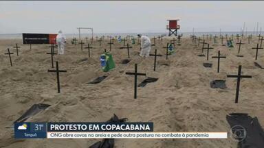 ONG faz protesto na praia de Copacabana contra ações do Governo Federal durante a pandemia - Cruzes, bandeiras do Brasil e cartazes foram espalhados pela praia. Cem covas rasas foram cavadas na areia, simbolizando os cemitérios lotados no país.
