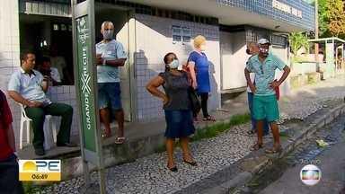 Passageiros sofrem com demora de ônibus no Grande Recife - Longas esperas durante a pandemia do novo coronavírus trazem ainda mais dificuldade para quem depende do transporte público.
