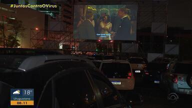 Depois de 50 anos, cinema drive-in reestreia em Porto Alegre - Formato foi alternativo encontrada para retornar com a exibição de filmes durante a pandemia.